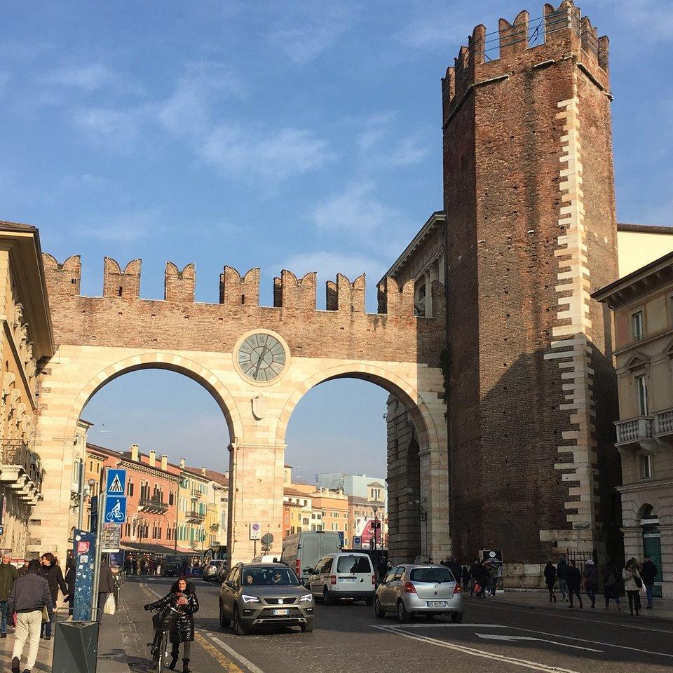 Ворота в старый город с частью крепостной стены (I Portoni della Bra)