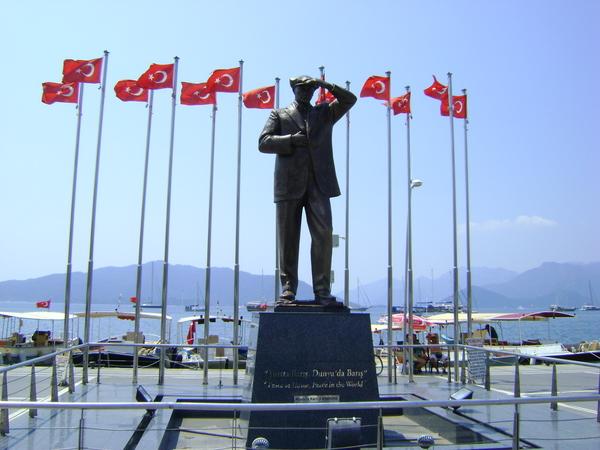 Памятник Мустафе Кемалю Ататюрку